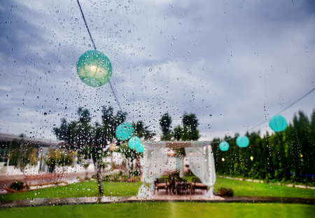 結婚式: 屋外式。お祝いの装飾。窓からは雨します。ウェディング プランナー