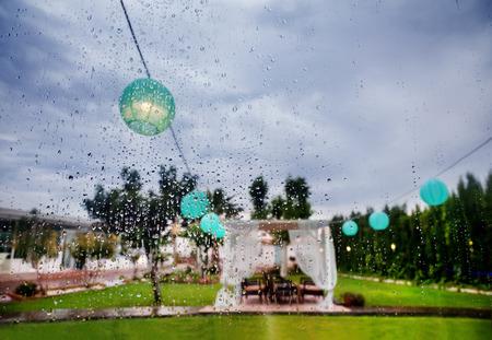 ceremonia al aire libre. Decoración de eventos festivos. Lluvia a través de la ventana. Planificador de la boda Foto de archivo