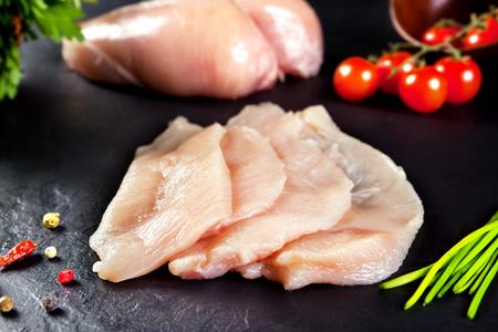 新鮮な生の肉。鶏の胸肉や七面鳥を調理する準備ができての切り身。