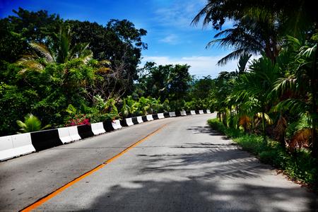 Reise, Abenteuer, tropische Straße in Thailand. Straße und Autobahn mit Palmen am Meer Standard-Bild - 50206773