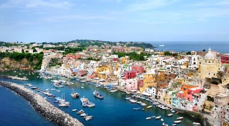prachtig panoramisch uitzicht op het kleurrijke eiland Procida in de Golf van Napels, Middellandse Zee, Italië Stockfoto