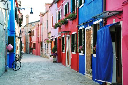 Edifici colorati di Burano strada isola in laguna di Venezia, Italia