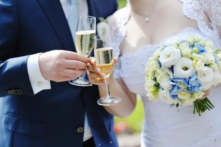brindisi spumante: Sposa e sposo fare un brindisi con bicchieri di champagne dopo cerimonia di nozze
