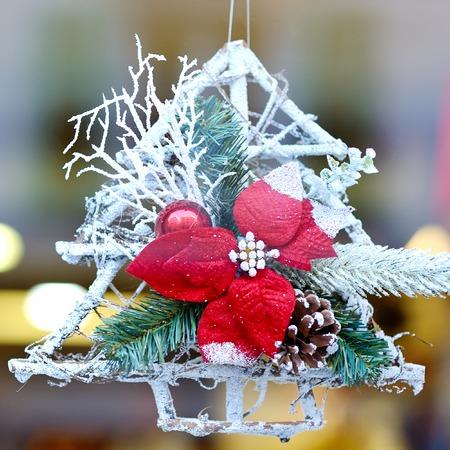 Divertida Decoración Blanca Del árbol De Navidad Con Hojas Rojas Y ...