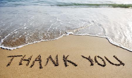 dank u: dank je woorden geschreven op het zand van het strand