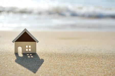 Huisje op het zand strand in de buurt van de zee Stockfoto - 34251041