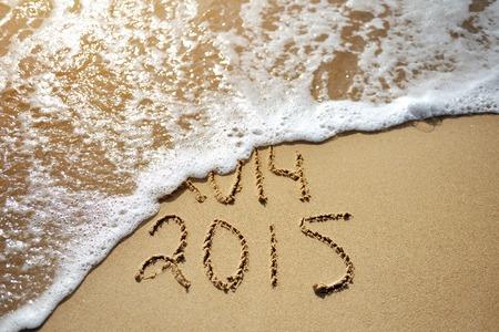 zastąpić: Szczęśliwy pobliżu Rok koncepcja 2015 wymienić 2014 na plaży morza