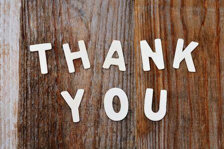 agradecimiento: gracias palabras en el fondo de madera marr�n