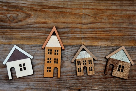 ?real estate?: casa en el fondo de madera marr�n Foto de archivo