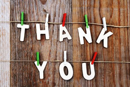 agradecimiento: gracias palabras en el fondo de madera marrón