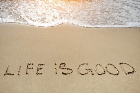 pozitivní: život v dobré napsané na písečné pláži - pozitivní myšlení koncept