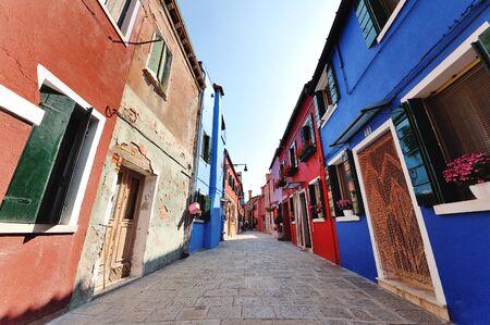 case colorate: strada con case colorate di Burano, Venezia, Italia Archivio Fotografico