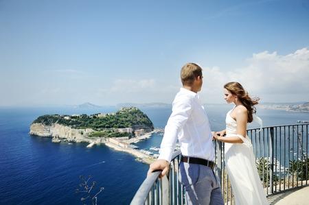 luna de miel: novia hermosa joven pareja y el novio en el día de la boda en Nápoles, Italia