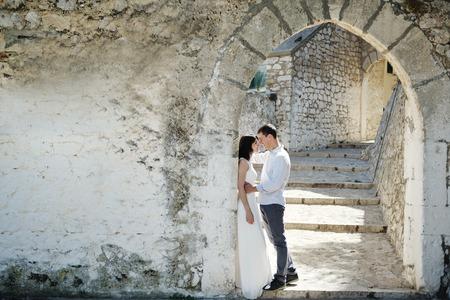 luna de miel: tierna y bella pareja romántica en el día de la boda en Sperlonga, Italia Foto de archivo