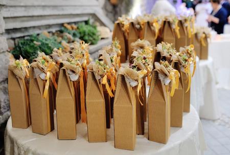 Cadeaux décorés de faveurs de mariage pour invité