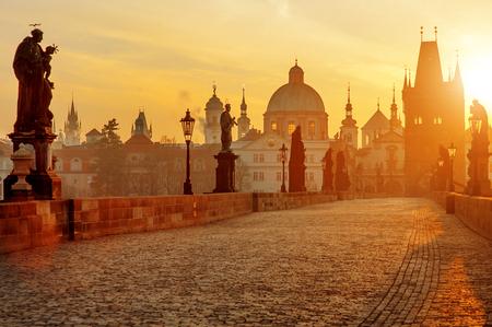 日の出、プラハ、チェコ共和国、ヨーロッパでカレル橋の美しい景色