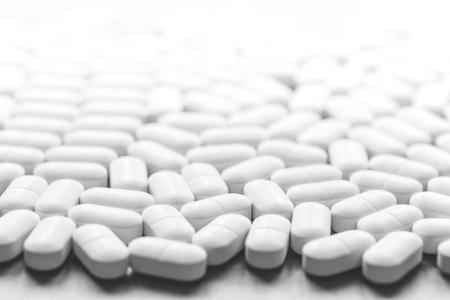 Hintergrund von weißen Tabletten auf dem Tisch. Gesundheits- und Medizinkonzept mit Kopienraum