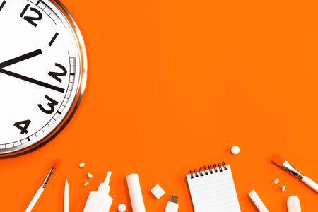 Une partie de l'horloge murale unie analogique sur fond orange tendance avec des articles de papeterie blancs. Une heure. Gros plan avec espace de copie, gestion du temps ou concept d'école d'automne et heures d'ouverture