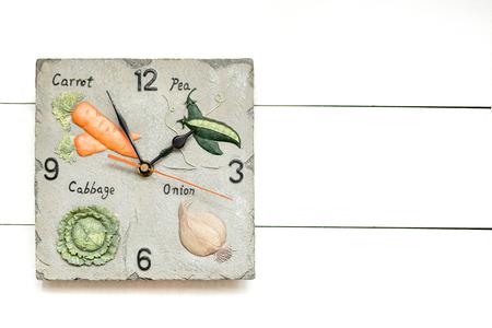 Vegetarian clock for vegetable diet, time to have dinner, white clock background. Stok Fotoğraf - 115149639