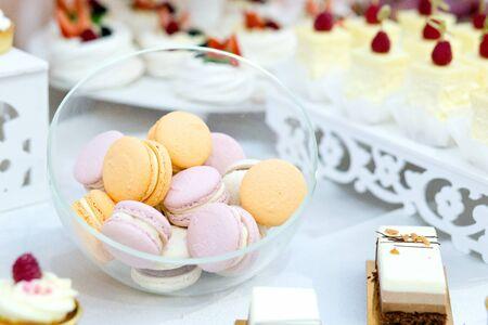 結婚式でおいしい砂漠の甘いマカロンや他のケーキ、クローズアップ。