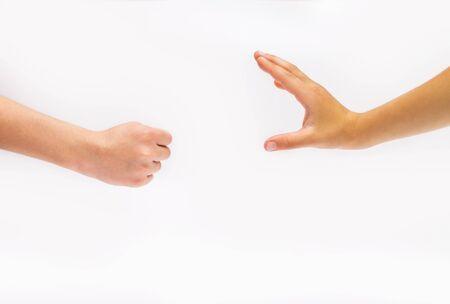 mains de bébé sur fond blanc. Poing et main. Banque d'images