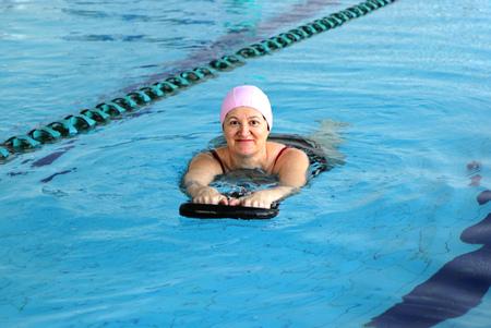 Mujer de mediana edad en piscina