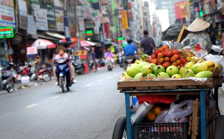 Fruta en la calle vietnamita en la ciudad de Ho Chi Minh, Vietnam