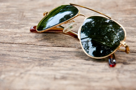 Classic sunglasses on wooden texture Imagens