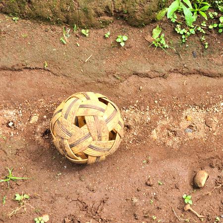 Vecchio Sepak Takraw palla (palla Rattan) su sfondo suolo, sport popolare del sud-est asiatico Archivio Fotografico