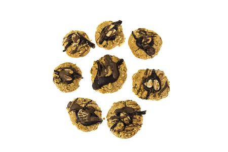 Biscuits à l & # 39 ; arachide faits maison avec décoration de chocolat isolé sur fond blanc Banque d'images - 99325351