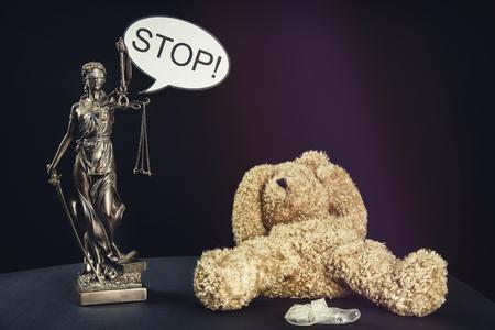 A teddy bear symbolizes an abused child Foto de archivo - 99801090