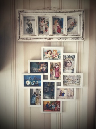 Brilon, Germany - November 16th 2017: old christmas postcards in white frame at old wallpaper Publikacyjne