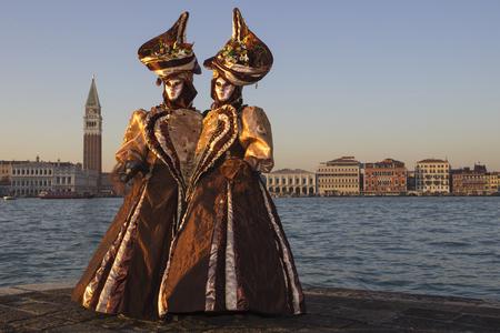 vistiendose: Amor - Pareja de máscaras venecianas - Venecia Carniva Editorial