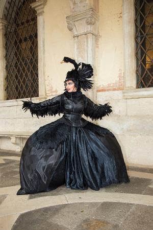 Black Swan halloween costume - Female Venetian Mask, Venice Carnival, Italy 報道画像