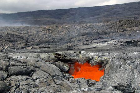 溶岩アドベンチャー ハイキング - ハワイ火山国立公園で見られる白熱の溶岩天窓 (溶岩チューブの屋根の開口部) からの上昇の熱