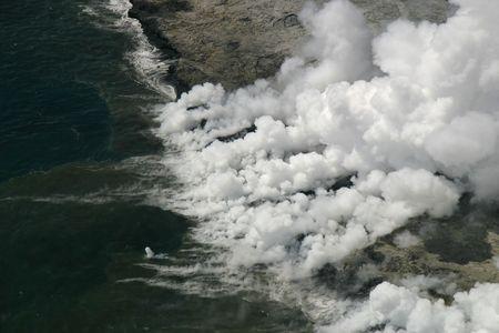 キラウエア火山溶岩流海に入ります。描かれる火山棚の四十四エーカーは 5 日後で 2005 年 11 月 28 日海に崩壊しました。(ハワイ火山国立公園)