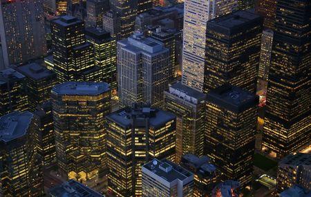 オンタリオ州トロントの財政地区で照らされた高層ビルの nightime ビュー。(カナダ)
