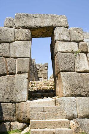 incan: Una porta di pietra e scale in rovine Inca di Sacsayhuaman in Cusco, Peru.