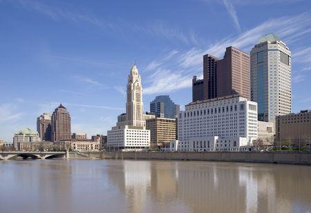 オハイオ州コロンバスのダウンタウンとサイオト川のビュー。