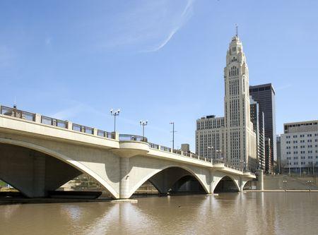 コロンブス、オハイオ州とサイオト川を渡る広い通り橋の眺望。