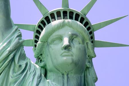 liberty island: Chiudasi in su della statua della libert� sullisola di libert� a New York City. Archivio Fotografico