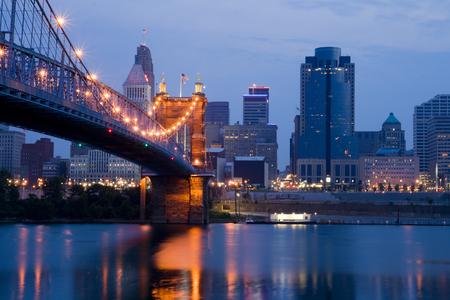 シンシナティのスカイラインと日の出直前ローブリング吊橋です。 写真素材
