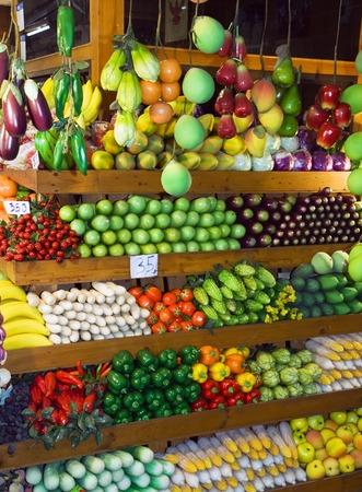 多彩な果物と野菜フルーツでタイのウィーク エンド ・ マーケットで立っています。 写真素材