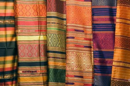주말 시장에서 태국 실크 옷을 컬렉션.