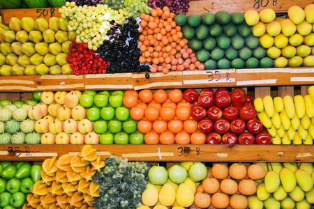 さまざまな果物や野菜フルーツでタイのウィーク エンド ・ マーケットで立っています。
