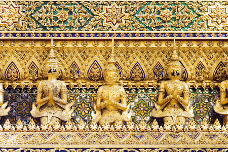 Thai demon guardian statues at the Royal Palace in Bangkok, Thailand. Imagens