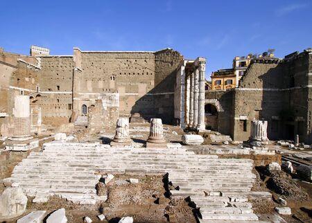 El Foro de Augusto con el Templo de Marte Ultor en el Foro Imperial en Roma, Italia. c 2 BC.  Foto de archivo - 2634997