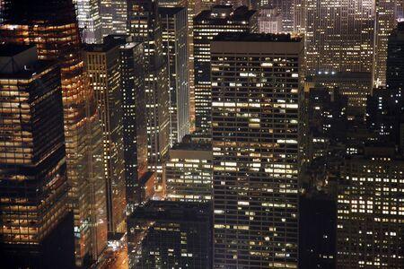 ニューヨーク市のマンハッタンの建物の夜景。