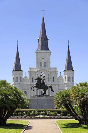 フランス語四半期のニユー ・ オーリンズ、ルイジアナにジャクソン広場を横切るからセントルイス大聖堂と一般的なアンドリュー ・ ジャクソン像
