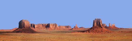 ユタ州とアリゾナ州の国境にアーティストのポイントからの記念碑の谷のパノラマの景色。